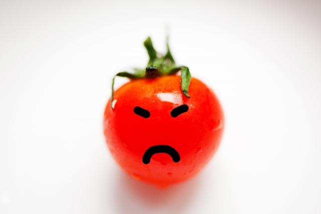 怒っている表情のミニトマト