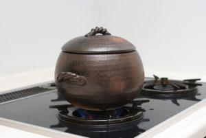 ガスコンロの上に置いた土鍋
