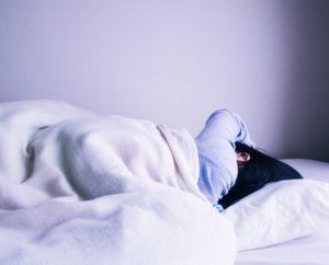 ベッドから起きられない女性